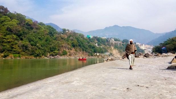 Rishikesh,marcher dans le sable le long du Gange