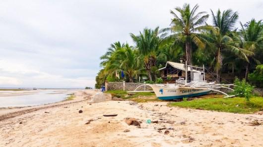 Bord de mer devant le Casa de la Playa Beach Resort à Larena-