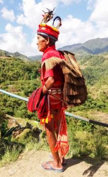 A Banaue, aux Philippines, cet homme est vêtu de son habit Ifugao avec son sac à dos Ifugao.