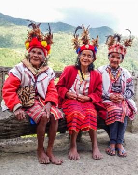 A Banaue, aux Philippines, des femmes vêtues de leur habit Ifugao