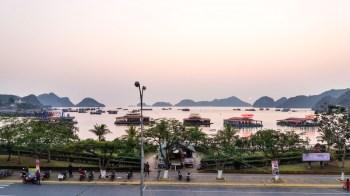 L'île de Cat Ba et son petit port de pêche Baie de Lan Ha Vietnam
