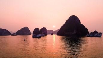 coucher de soleil sur la Baie d'Halong Vietnam