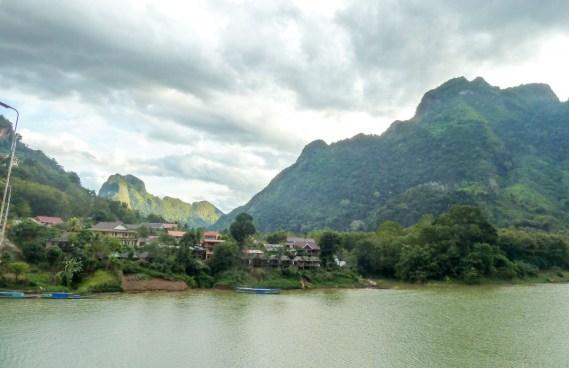 Nong Khiaw traversé par la Nam Ou au Laos