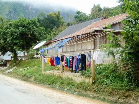le linge sèche le long de la route de Nong Khiaw au Laos
