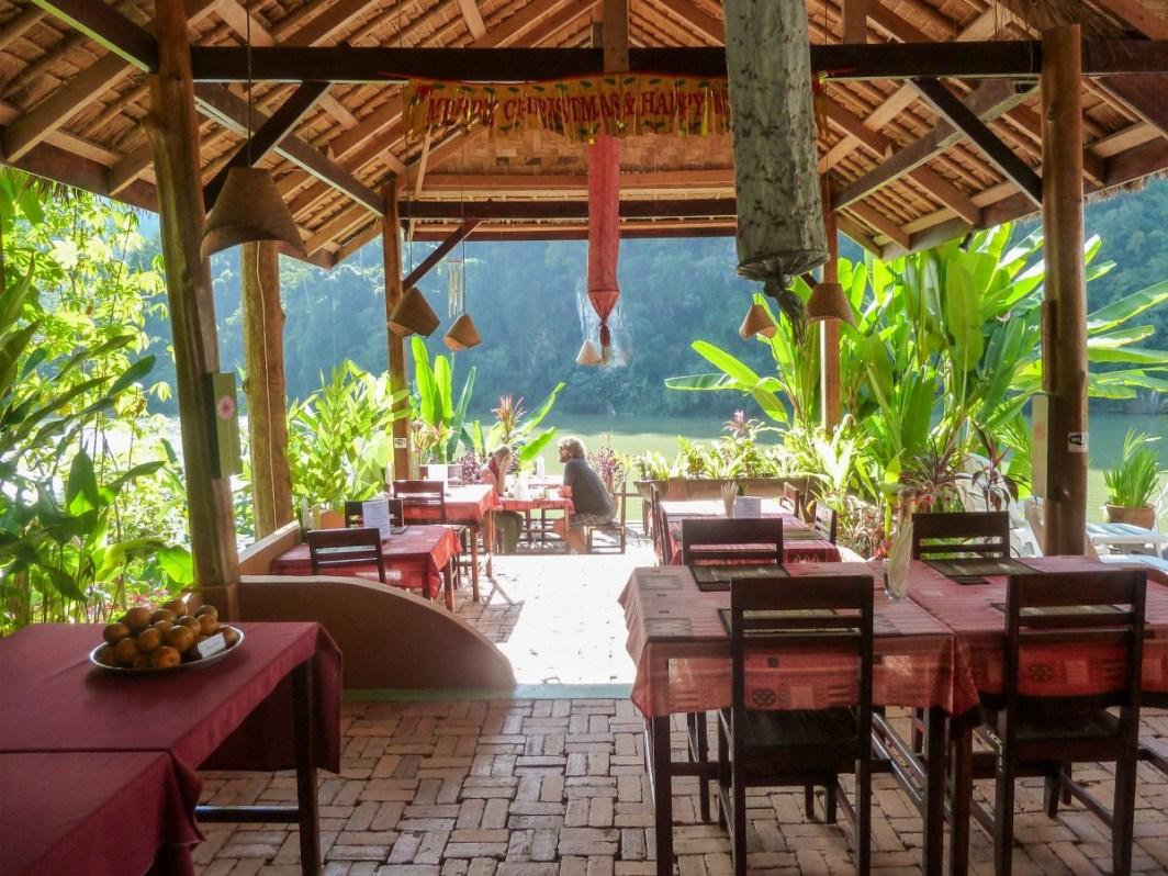 Salle de restaurant de Mandala Ou Resort à Nong Khiaw au Laos