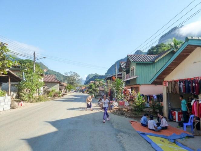 Rue commerçante de Nong Khiaw au Laos