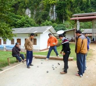 Les chauffeurs jouant aux boules près de la gare routière de Nong Khiaw au Laos