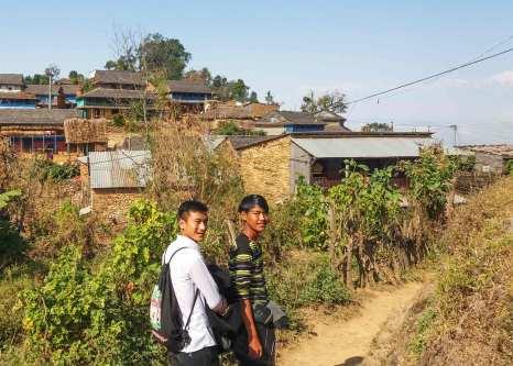Les chemins menant à Ramkot empruntés par les jeunes qui reviennent de Bandipur