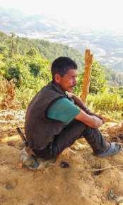 Un habitant de Ramkot aux champs