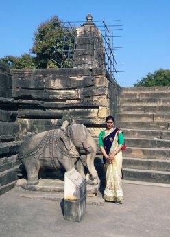 Indienne au pied d'un des Temples de Khajuraho