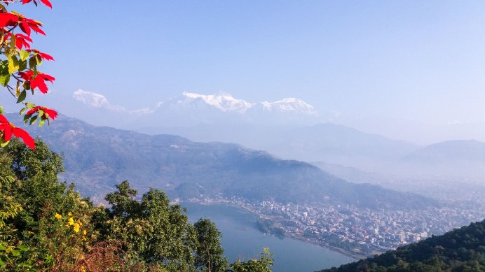 Lac de Phewa à Pokhara face à l'himalaya