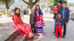 Famille devant le Temple Bindhyabasini à Pokhara