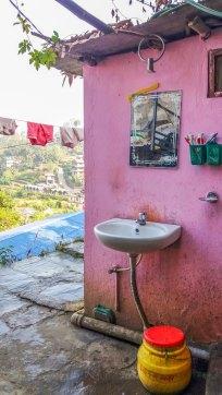 Rustique le lavabo de ma chambre par contre on a vue sur l'himalaya
