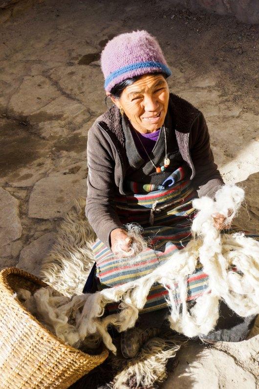 Les femmes filent la laine de leurs animaux au Mustang