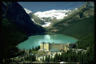 O Hotel no Lake Louise e o lago descongelado