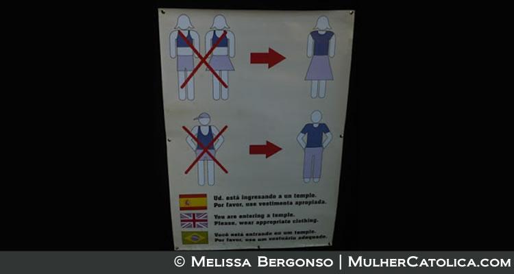 «Você está entrando em um templo. Por favor, use um vestuário adequado». Foto tirada na Catedral de Buenos Aires com os tipos de roupas que podem e não podem ser usadas dentro da Igreja.