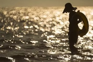 تفسير حلم السباحة في البحر مع شخص