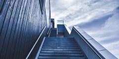 تفسير حلم صعود الدرج للعزباء