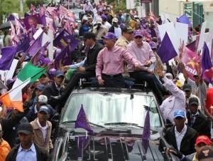 Danilo Medina saluda a seguidores en Santo Domingo Este.