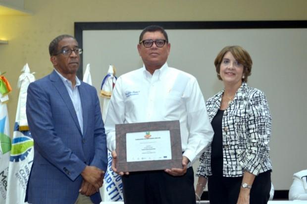 Aeropuerto Internacional del Cibao recibe premio por energía renovable