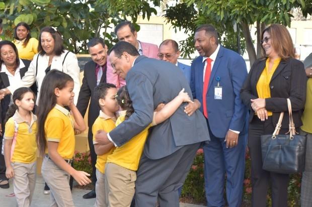 Ministro de Educación encabeza reinicio del año escolar desde Santiago