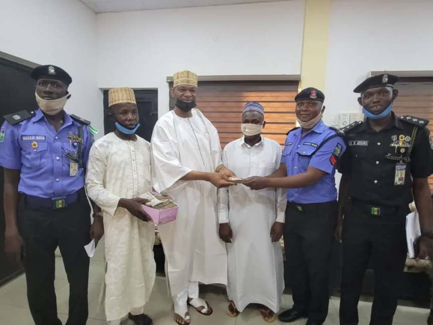 Policeman gets N100,000 reward for honesty returning accident victim's N1.2m