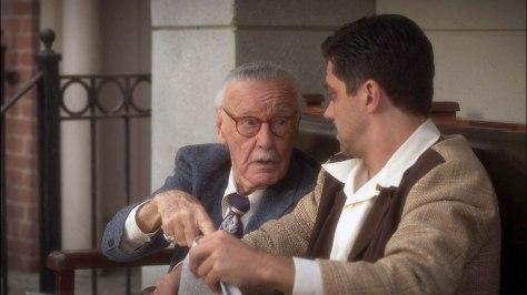 סטן מבקש מהווארד סטארק, אביו של טוני, את מדור הספורט מהעיתון שבידיו.