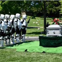 חיילי האימפריה מלווים איש אפקטים למנוחתו האחרונה