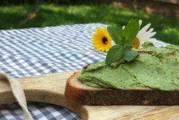 Aufs Brot oder zu Pasta: Sommerliches Erbse-Minz Pesto
