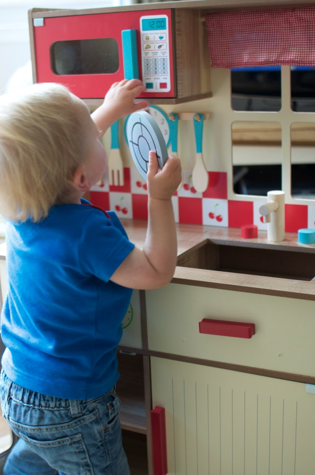 toddlers need toys which are limitless and imagination sparking. Toys such as this widen kitchen are perfect