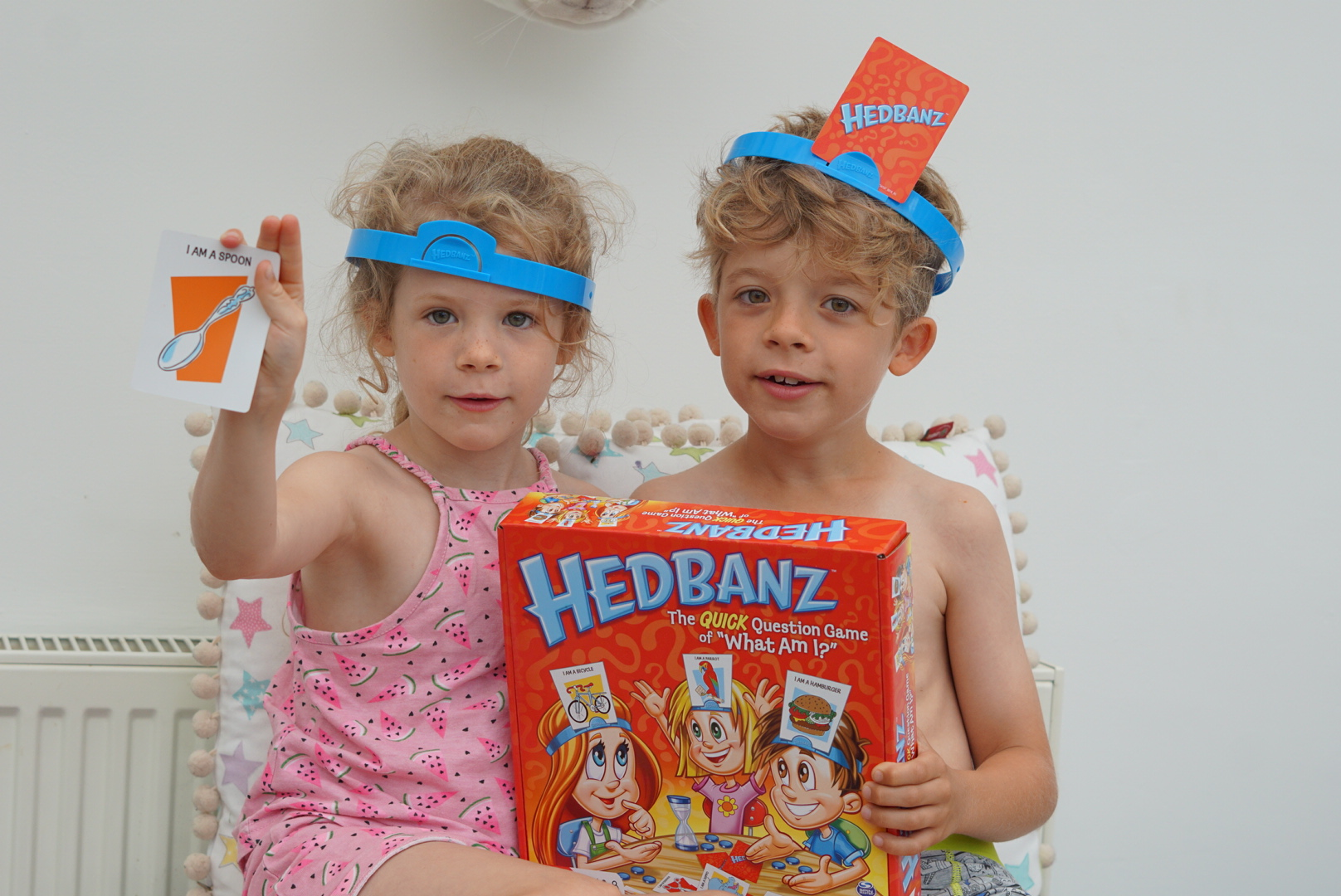 A fun family quick question game: Hedbanz