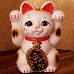 Manekineko com duas patas levantadas (Foto: Mundo-Nipo)