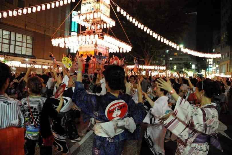 Japoneses em Tóquio participam da tradicional dança Bon Odori | Foto: Xinhua