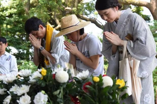 Japoneses rezam por seus ancestrais no Cemitério Nacional de Chidorigafuchi, em Tóquio (Foto: Satoko Kawasaki/Kyodo)
