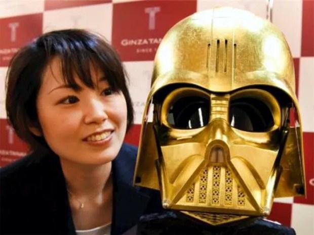 Máscara de ouro de Darth Vader (Foto: Reuters/Kyodo)