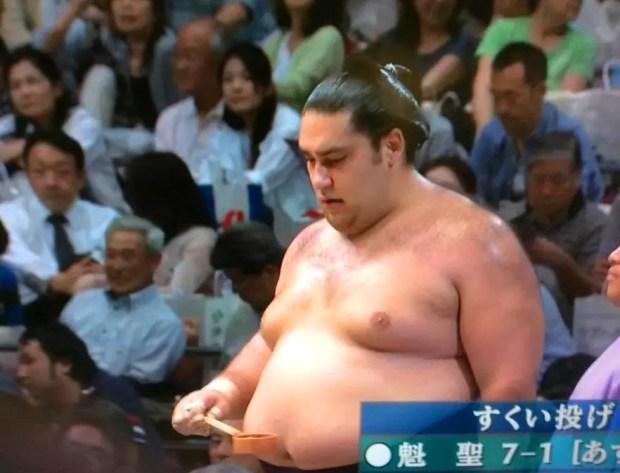 Kaisei atinge-sétima vitória no 8º dia do Torneio de Sumô de Verão (Imagem: Reprodução/NHK)