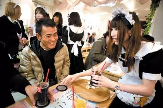Clientes sendo servidos em um maid café em Akihabara (Foto: iStok/Free)