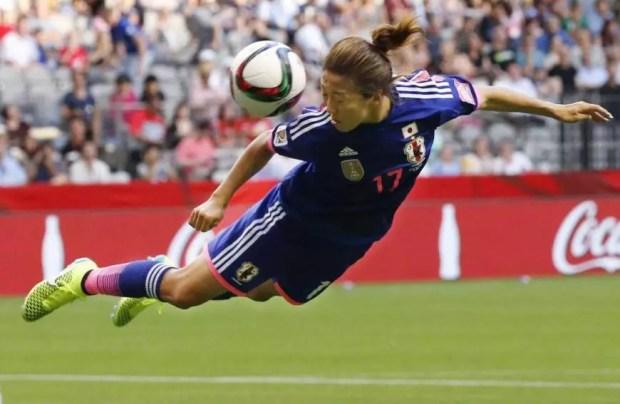 Yuki Ogimi cabeceia para fora na estreia do Japão na Copa do Mundo de Futebol 2015 (Foto: Kyodo)