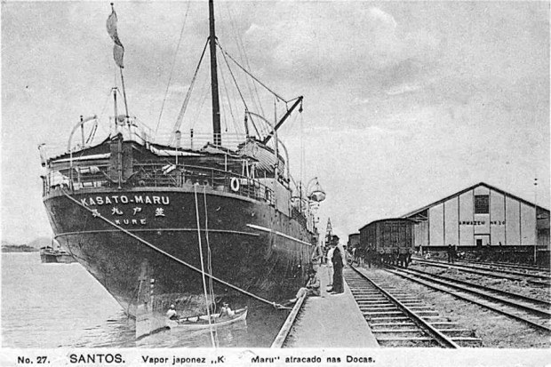 Navio Kasato Maru no porto de Santos (Foto: Reprodução/Cartão Postal)