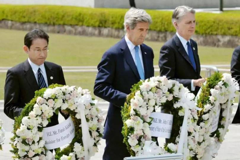 Kishida e Kerry depositam flores no memorial em Hiroshima (Foto: Kyodo)