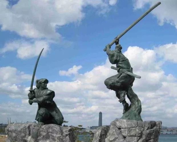 Duas antigas estátuas simbolizam o duelo entre Musashi e Seijiro. Elas estão localizadas na ilha Ganryu, atualmente desabitada, localizada na província de Yamaguchi (Foto: Creative Commons)