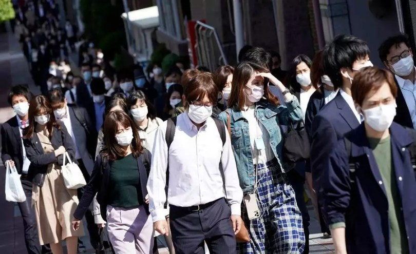 Pessoas na hora do rush matinal em Tóquio   Foto: Reprodução/Nikkei