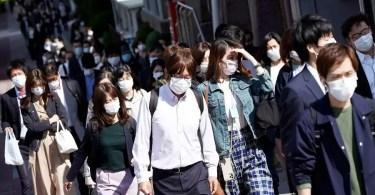 Pessoas na hora do rush matinal em Tóquio | Foto: Reprodução/Nikkei
