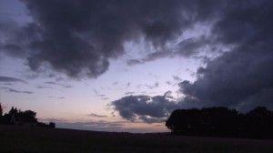684216056-nube-de-lluvia-silueta-atardecer-cielo