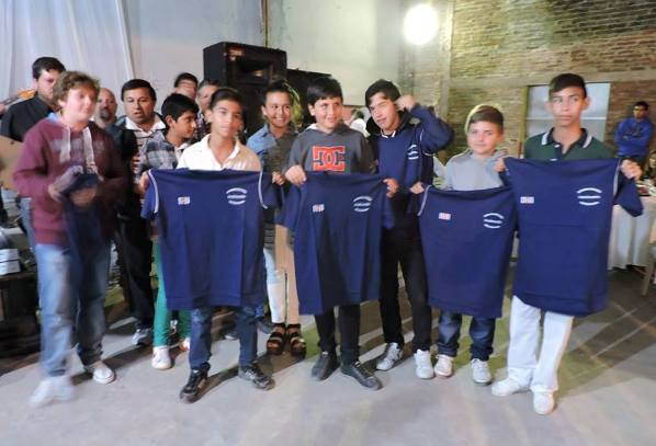 basualdo_regalando_camisetas