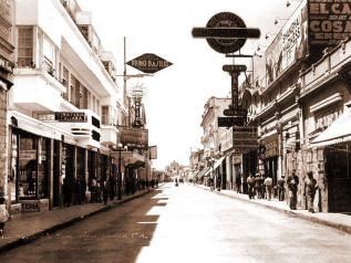 """Foto de Facebook: Zona Centro, que comento - """"La Sexta avenida en 1940. Originalmente era llamada Calle Real y era la principal area de comercio, de ahí se acuño el termino Sexteo."""