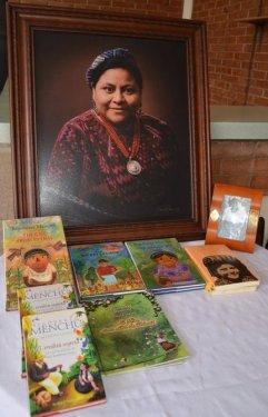 Fotografía de la Dra. Rigoberta Menchú Tum con varios de sus libros publicados.
