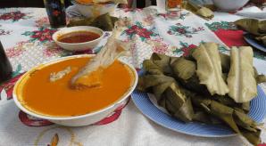 Pulique con tamalitos en hoja de milpa en Sololá foto por Augusto Rosales1 - Galería - Fotos de la Gastronomía Guatemalteca