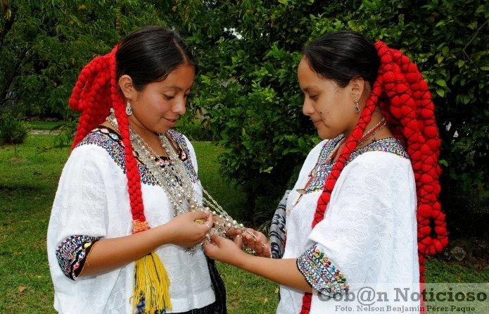 Señoritas q´eachi´es apreciando los Chachales. Fotografía de Nelson Benjamín Pérez - Los Chachales, riqueza cultural de la mujer maya