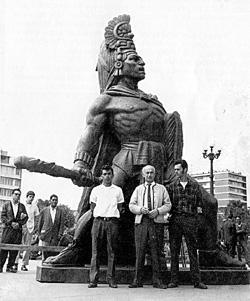 Tecun Uman escultura creada por Rodolfo Galeotti Torres hace varias décadas se erige imponentemente al inicio del Periférico en Xela foto por - Símbolos Patrios de Guatemala